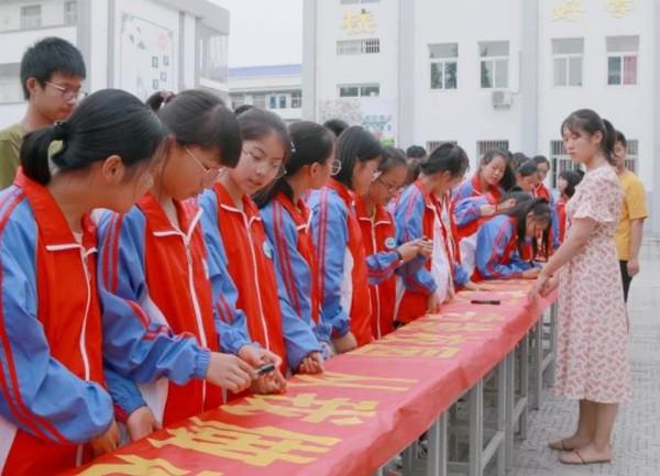 """寿县 正阳中学开展""""低碳日""""签字仪式"""